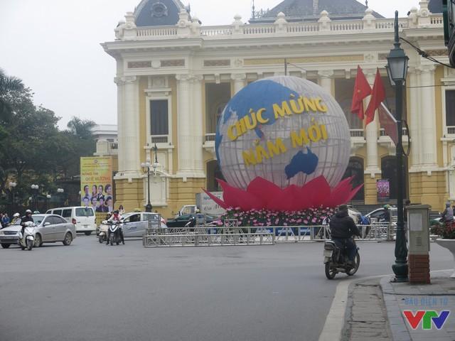 Tại quảng trường Cách mạng tháng Tám, quả cầu khổng lồ được dựng lên với thông điệp Chúc mừng năm mới.