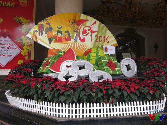 Ngoài sảnh cũng được trang trí với những chiếc bánh chưng, đồng xu đậm chất truyền thống.