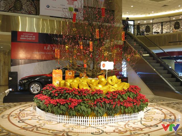 Trong các trung tâm thương mại cũng bắt đầu trang trí, dựng những tiểu cảnh chào năm mới để thu hút khách hàng.