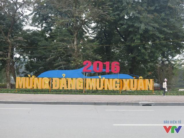 Vỉa hè phố Đinh Tiên Hoàng bên hồ Gươm được trang trí hàng chữ gắn đèn Mừng Đảng mừng Xuân khổng lồ.