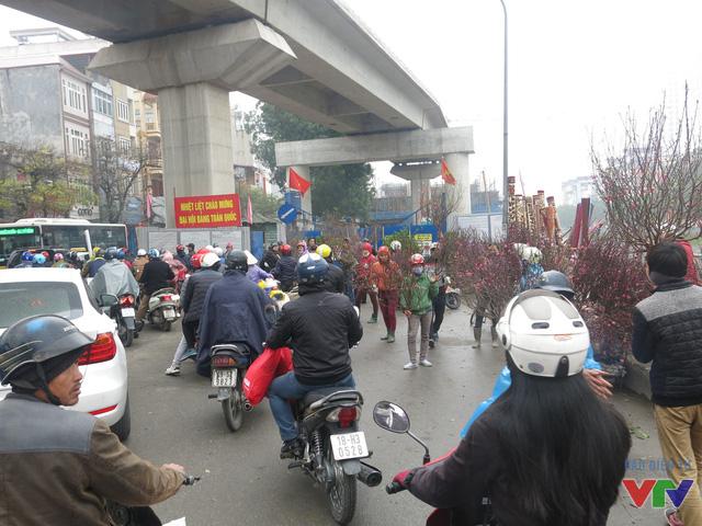 Đường phố cũng trở nên nhộn nhịp hơn hẳn bởi người dân tấp nập đi mua sắm Tết.