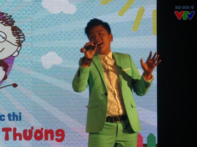 Tiến Quang lịch lãm mang đến chương trình hai ca khúc tình cảm và sâu lắng.