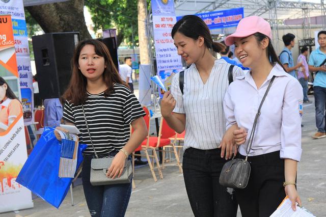 Nhiều câu hỏi của thí sinh được giải đáp tại Ngày hội tư vấn xét tuyển 2016 diễn ra tại Hà Nội