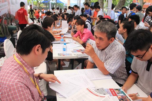 Nhiều phụ huynh và thí sinh băn khoăn và xin tư vấn từ đại diện các trường đại học trong Ngày hội tư vấn đăng kí xét tuyển