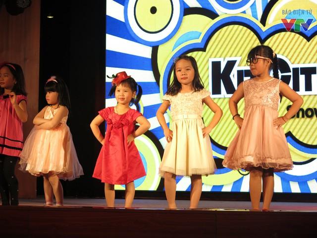 Tại lễ phát động các bé được chiêm ngưỡng những bộ váy dạ hội ấn tượng trong phần trình diễn thời trang.