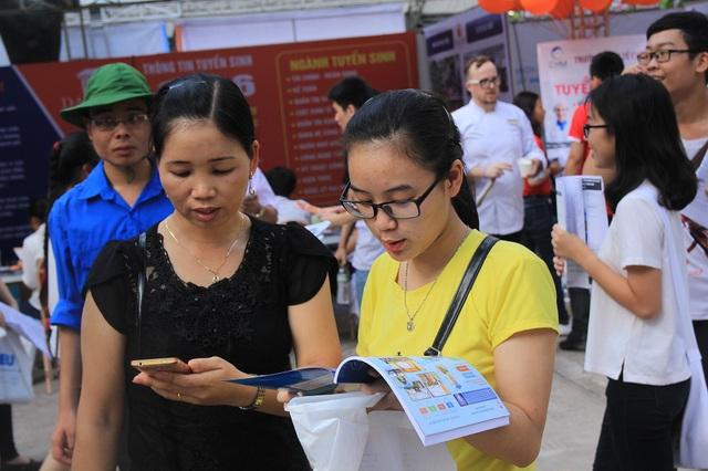Nhiều phụ huynh cùng các thí sinh tại Hà Nội và cả các tỉnh lân cận đã đến với Ngày hội từ khá sớm