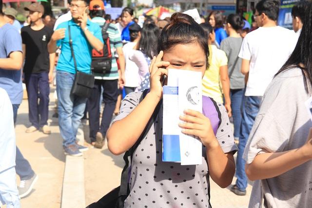 Một thí sinh tham gia Ngày hội tư vấn nhăn mặt vì nắng nóng