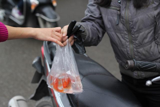 Do ngày cuối tuần sát ngày 23 tháng Chạp nên nhiều người dân đã mua cá chép và đồ lễ để cúng ông Công ông Táo sớm