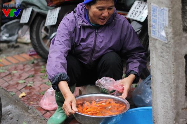Tại các chợ dân sinh, cá chép được bày bán với quy mô nhỏ, mỗi tiểu thương chỉ buôn khoảng 5 - 10kg