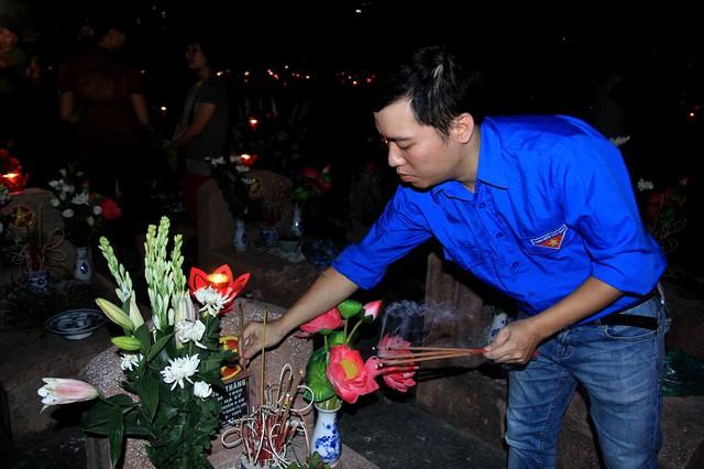 Khói hương nghi ngút tại nghĩa trang liệt sĩ thành phố