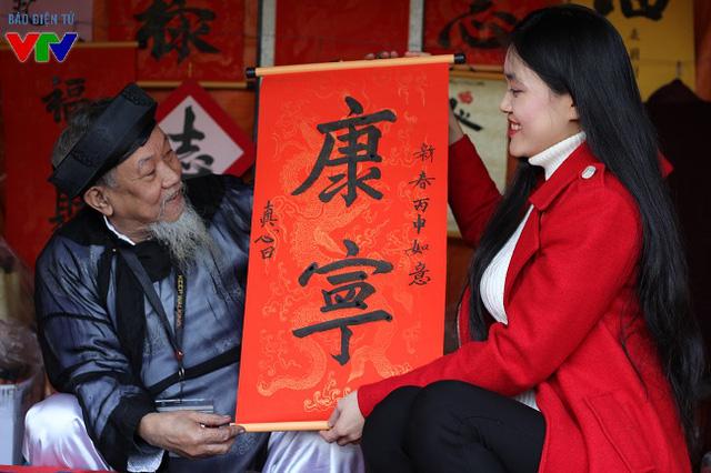 Ngay từ sáng 2/2, rất nhiều người đã tới phố ông đồ để xin chữ, đem về trang trí nhà cửa nhằm lấy may trong năm mới.