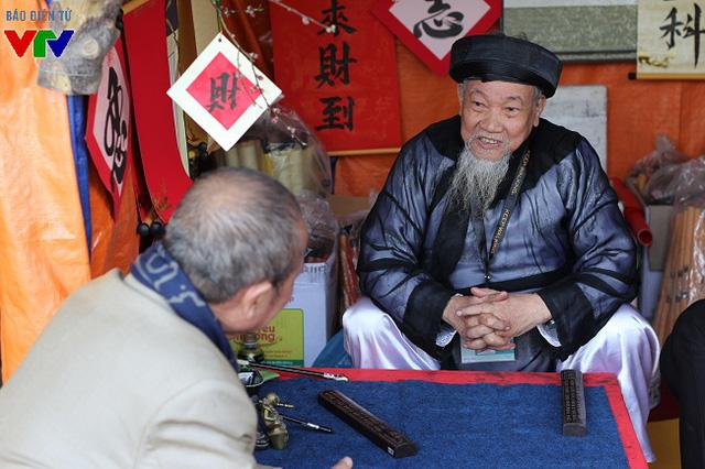 Ngoài viết chữ, nhiều ông đồ còn sẵn sàng giải thích, đàm đạo với khách tham quan về thư pháp.