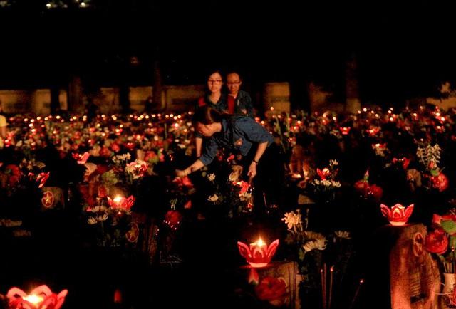 Hàng ngàn ngọn nến hồng được thắp sáng tại Nghĩa trang liệt sĩ thành phố trong buổi lễ tri ân