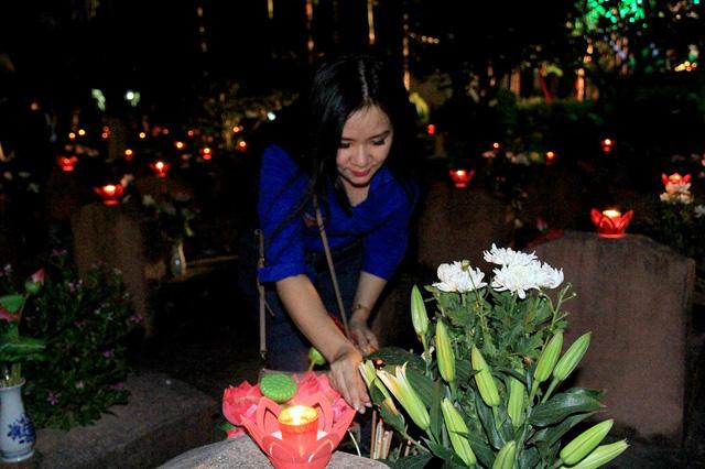 Cũng tại buổi lễ, đồng chí Phạm Thị Hằng, Bí thư Đoàn TN Đài VTV đã thành kính thắp lên những ngọn nến hồng trước phần mộ của các liệt sỹ tại nghĩa trang thành phố Hà Nội