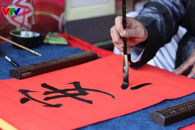 Người đến xin chữ có thể tự do lựa chọn các ông đồ viết chữ thông qua các gian xung quanh khu vực Hồ Văn.