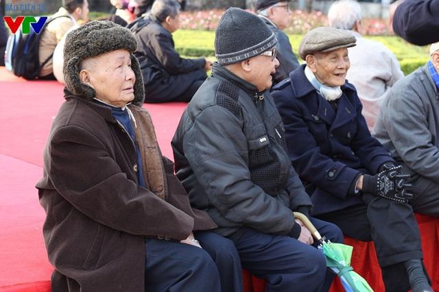 Nhiều người dân sống quanh khu vực Hồ Văn, chủ yếu là người cao tuổi đã có mặt tại Hội chữ để thưởng tài múa bút điêu luyện của các ông đồ.