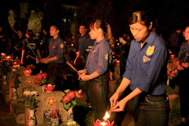 Nghĩa trang liệt sĩ thành phố đầy ánh nến, hoa tươi trước ngày 27/7