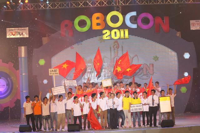 Hình ảnh đăng quang ngôi vô địch của ĐH Lạc Hồng năm 2011 (Ảnh: Việt Phú)