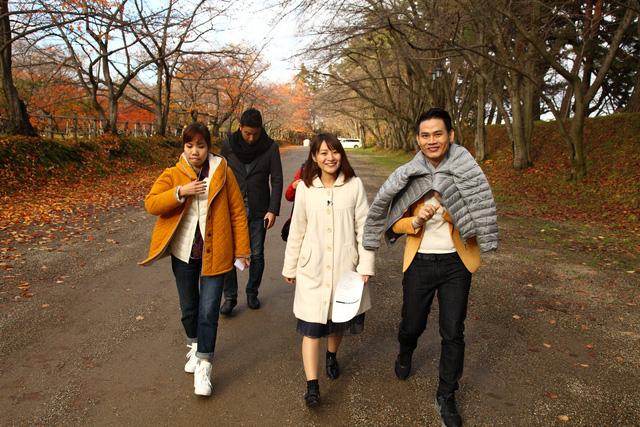 Thời tiết mùa thu ở Nhật khá lạnh nên MC Hồng Phúc phải khoác thêm áo trong lúc chưa dẫn.