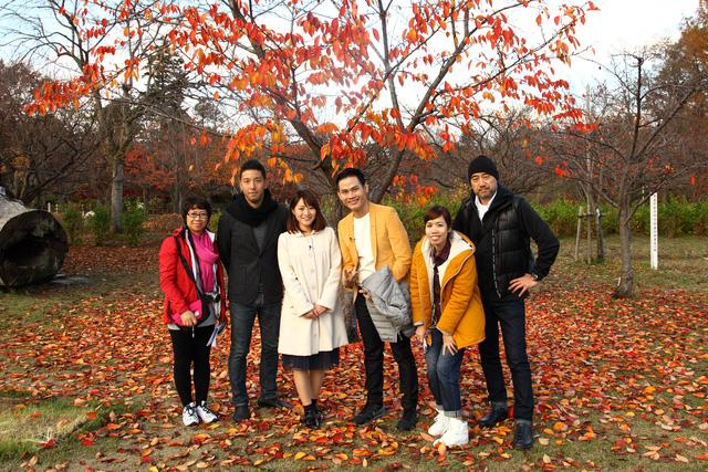 Các thành viên trong ê-kíp sản xuất chụp ảnh lưu niệm cùng nhau.