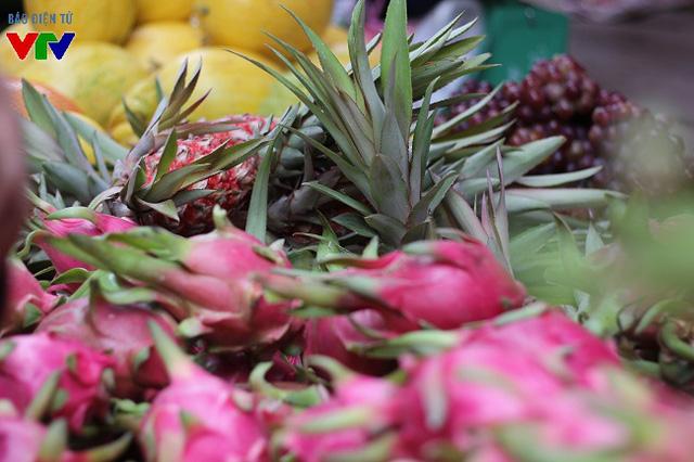 Trong các loại hoa quả bày mâm ngũ quả ngày Tết, ngoài chuối, bưởi, thanh long, dứa cũng được nhiều người lựa chọn. Theo quan niệm xưa, quả thanh long mang ý nghĩa rồng mây hội tụ và biểu trưng cho sự cát tường, thịnh vượng.