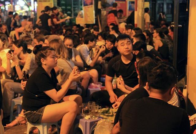 Phố bia Tạ Hiện là đặc sản không thể thiếu trong khu phố Tây, thường khá nhộn nhịp vào buổi tối nhưng cũng rất vắng vẻ sau nửa đêm vì hàng quán bắt buộc phải đóng cửa