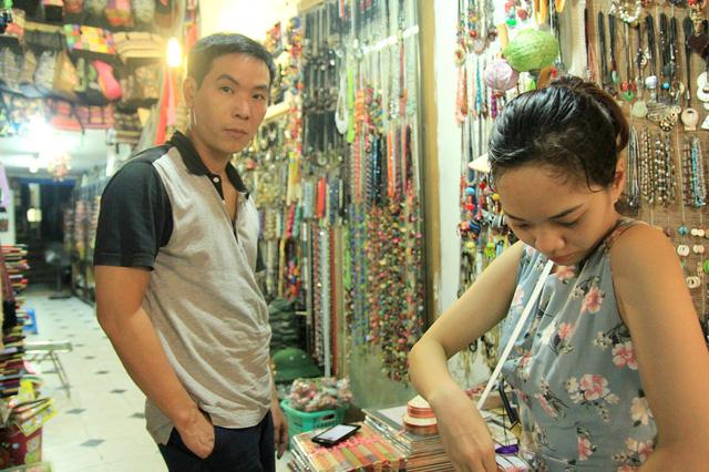 Chủ cửa hàng bán đồ lưu niệm phố Đinh Liệt hi vọng sẽ đắt khách hơn nữa khi được phép mở cửa thâu đêm