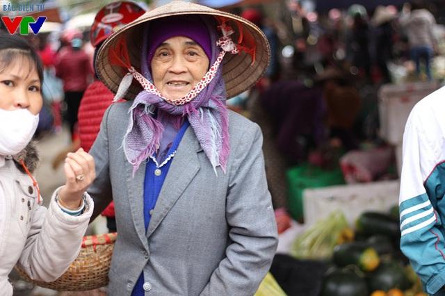 Mặc trời rét, nhiều cụ già vẫn ra chợ Tết để mua một số mặt hàng hay đơn giản là gặp gỡ, chuyện trò với người quen sau cả năm không gặp