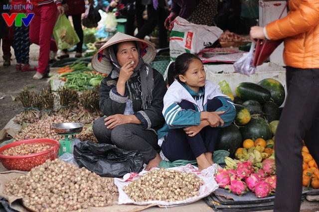 Nhiều em nhỏ được nghỉ học cũng phụ bố mẹ ra chợ bán hàng