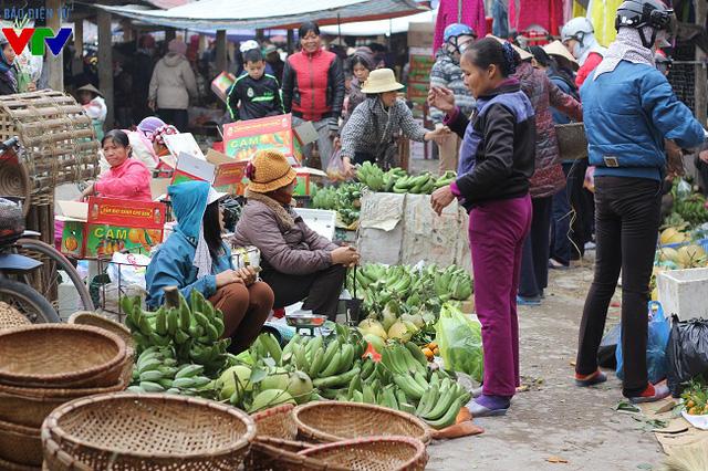 Chuối chủ yếu có nguồn gốc cây nhà lá vườn, do chính người dân trồng được và mang đi bán nên có giá rất mềm so với giá trên thành phố