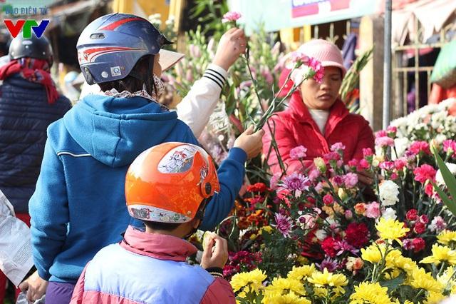 Hoa tươi được bán ở phiên chợ Tết