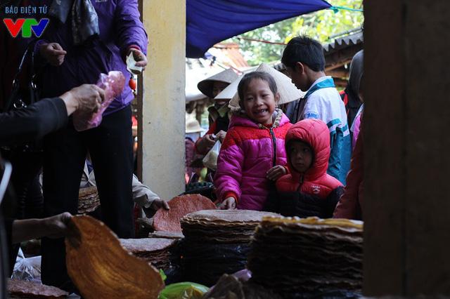Bánh đa quạt than hồng là món rất nhiều trẻ em thích ăn