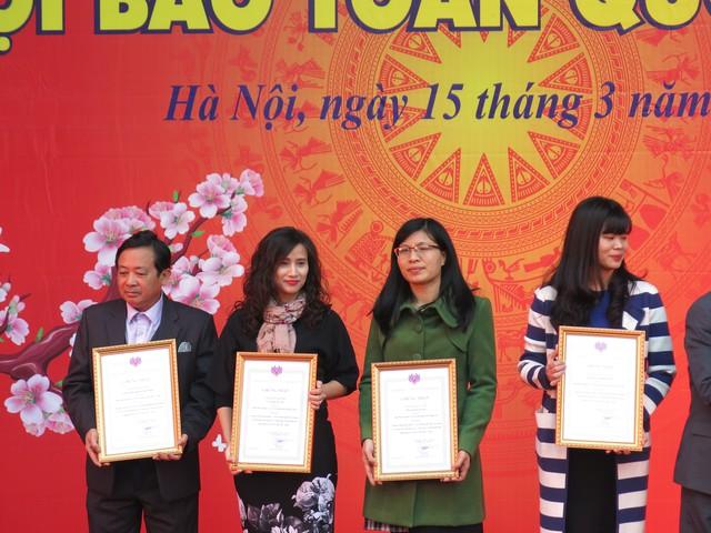 Nhà báo Lê Bình (thứ hai từ trái sang) nhận giải chương trình truyền hình hấp dẫn, ấn tượng với chương trình Tạp chí kinh tế cuối năm và Xuân biên cương - Nâng bước em tới trường.
