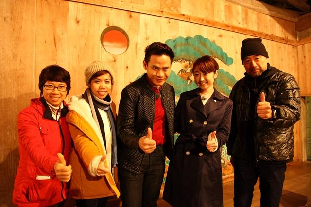 Đạo diễn Minh Hà (ngoài cùng bên trái) cùng MC Hồng Phúc và ê-kíp sản xuất Nhật Bản.