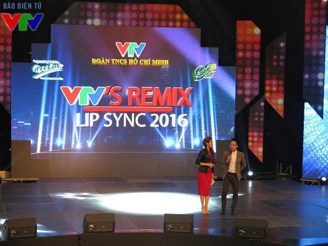 MC Phí Linh và BTV Việt Khuê dẫn chương trình cuộc thi