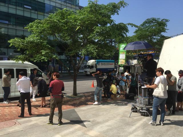 Đây là hình ảnh trên phim trường Tuổi thanh xuân 2 vào ngày bấm máy ở Hàn Quốc. Các bạn có thể tìm thấy Kang Tae Oh đang đứng đâu không?