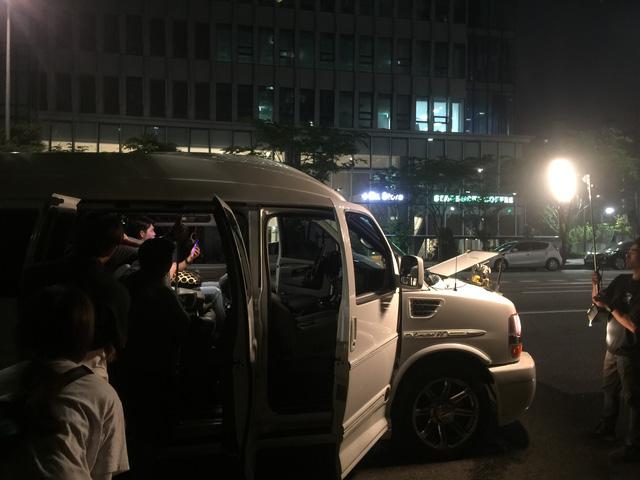 Cảnh quay Kang Tae Oh trong xe ô tô được thực hiện vào tối muộn.