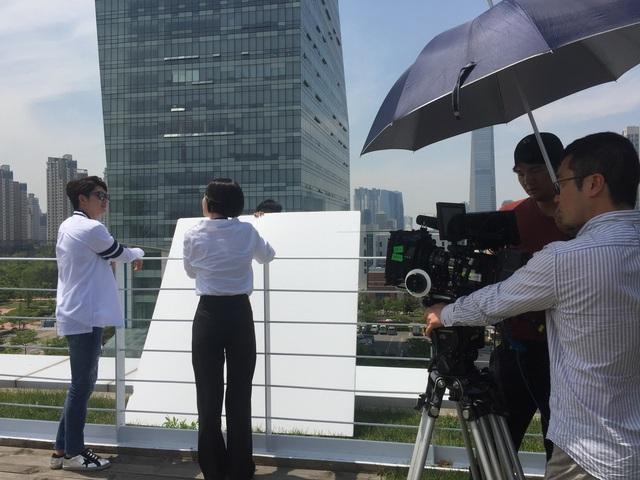 Trước khi Nhã Phương sang Hàn Quốc, Junsu (Kang Tae Oh) trong cảnh quay đóng cùng với một diễn viên nữ khác.