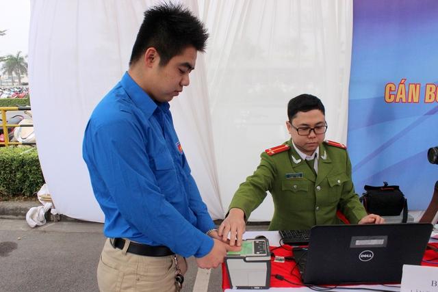 Các thanh niên trẻ tham gia đăng kí cấp căn cước công dân mới