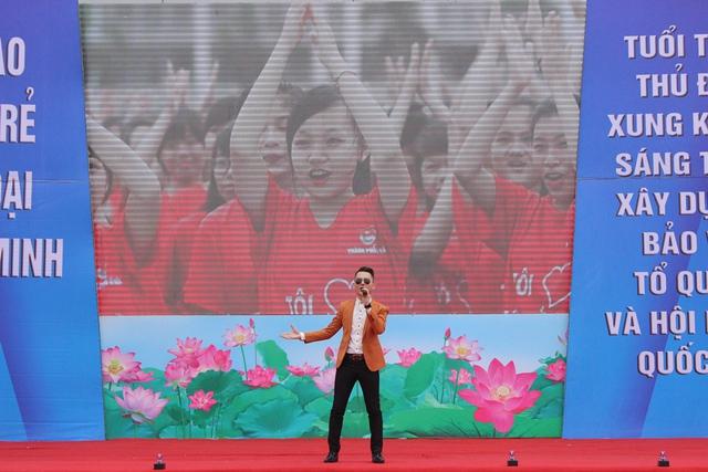 Nam ca sĩ Hà Okio biểu diễn mở đầu cho Lễ phát động và ra quân tháng Thanh niên 2016