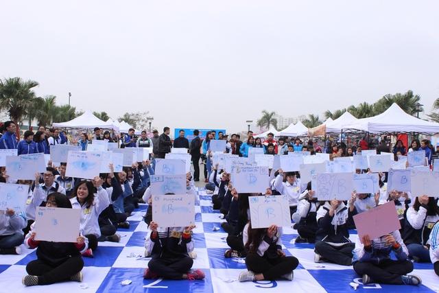 Các em học sinh cùng nhau thi Rung Chuông Vàng tại Lễ phát động, tìm hiểu lịch sử của Đoàn thanh niên