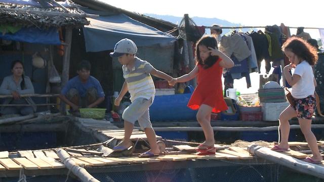 Châu Chấu ga lăng dẫn hai bạn gái về nhà