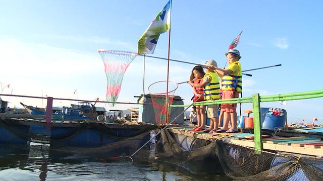 Nhiệm vụ đặc biệt dành cho các bé: Vớt cá làm nguyên liệu cho bữa tối.