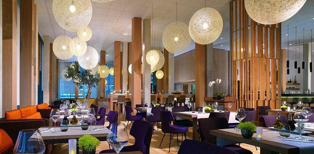 Hệ thống nhà hàng được bài trí đẹp mắt, hiện đại.