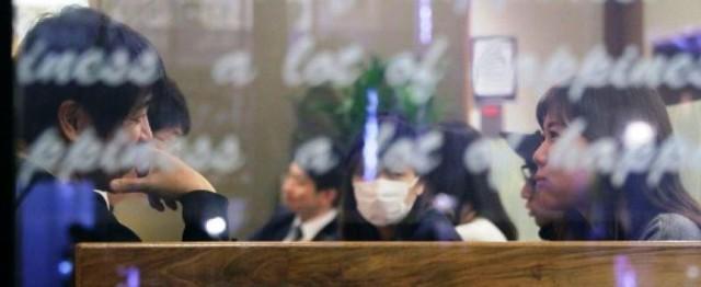 """4 năm qua, anh Nishimoto đã """"lắng nghe"""" hơn 3.000 lời tâm sự, chủ yếu là chuyện buồn. Dù vậy, sau mỗi buổi gặp mặt, được thấy khách hàng vui vẻ trở về, anh lại càng yêu cái nghề mình đang theo đuổi. Ảnh: AFP."""