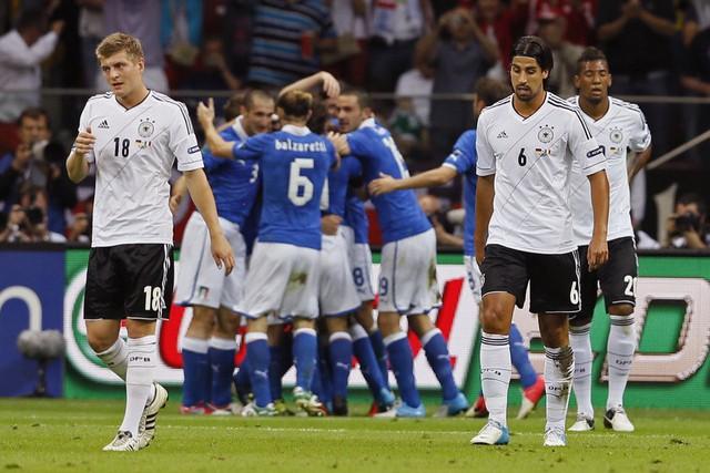 ĐT Đức (áo trắng) thất bại trước ĐT Italy ở bán kết EURO 2012. Ảnh: UEFA