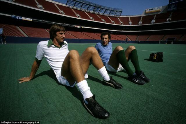 Johan Cruyff và Franz Beckenbauer - hai trong số những nhân vật lừng danh nhất thế giới bóng đá.