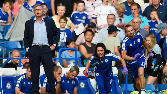Cách đối xử của HLV Mourinho với bác sĩ Carneiro đã bị cả thế giới thể thao lên án