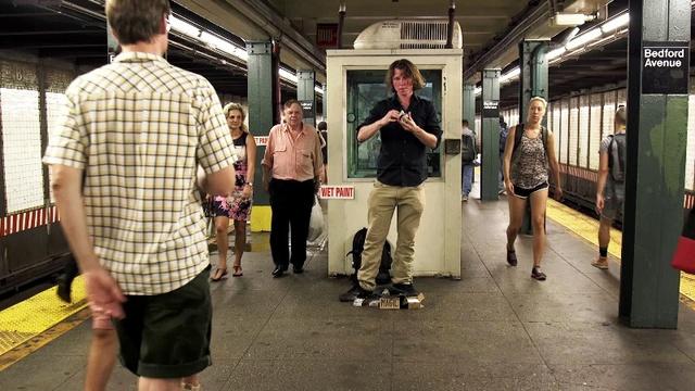 Justin biểu diễn tại ga tàu điện ngầm. (Ảnh: Gothamist)