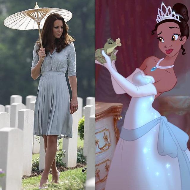 Bộ váy này của Packham dường như cũng được lấy cảm hứng từ trang phục của nhân vật trong Công chúa và hoàng tử ếch.